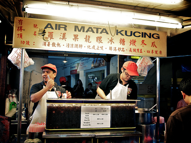 something travellers will never forget to patronize at Petaling Street is the Air Mata Kucing (dried longan drink). It's really a good to cool you down especially you are sweating hot when walking around here under the hot sun. 当地著名饮品,清热降火。