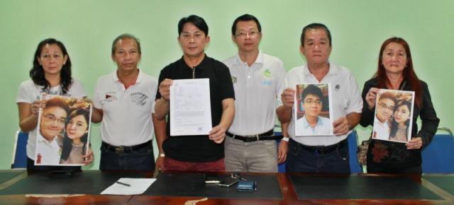 年轻夫妇的家人在张秀福(左三)及倪顺海(右三)协助下召开新闻发佈会。左起是林美珍、蔡达铭,右起为全德书及涂永华。