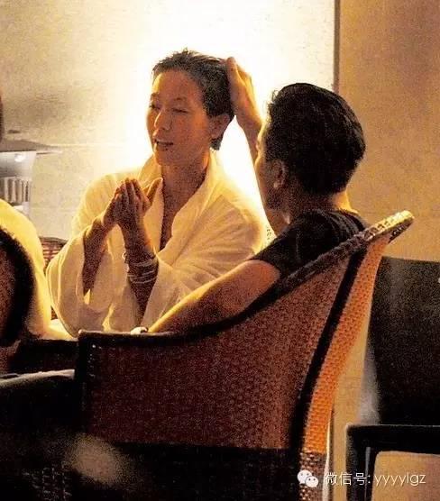 【吳卓羲梁靜琪有一腿?!】2人泳池又擁抱又激吻,梁靖琪還不時發出淫叫聲,2人更拖手仔回酒店!