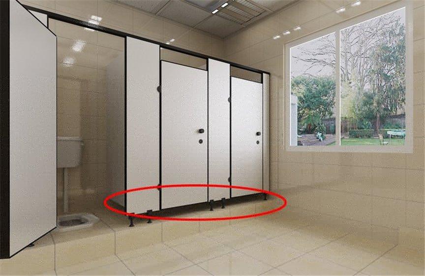 226056-【为什么公厕隔间下方要留缝隙?】原来除了安全还有这个功能…根本不是给变态狂偷拍的!01