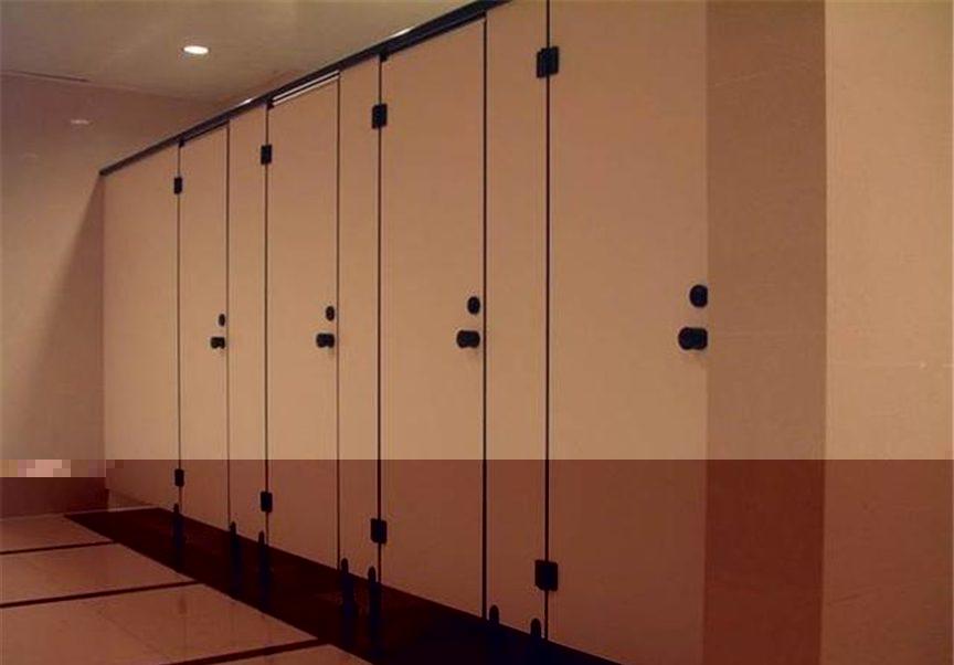 226056-【为什么公厕隔间下方要留缝隙?】原来除了安全还有这个功能…根本不是给变态狂偷拍的!02-e1465350263835