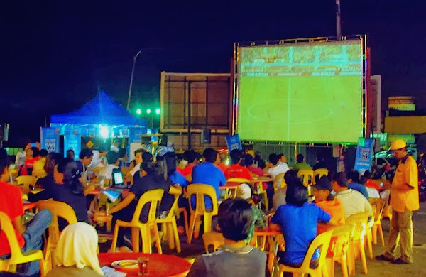 Footbal fans throng to Mamak stalls in the city to catch the opening ceremony of the World Cup