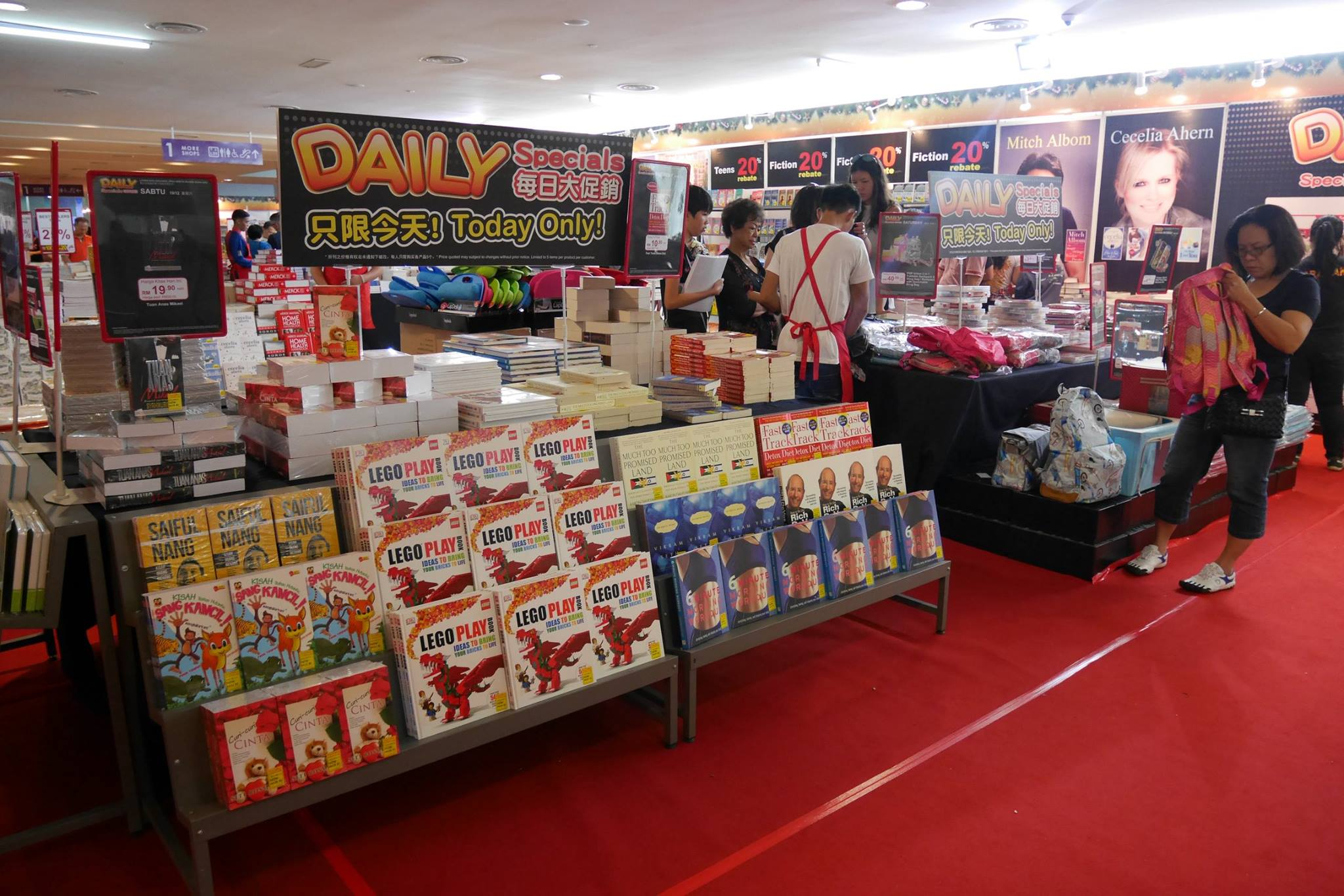 popular-mega-bookfair-kuching-cm091216-003